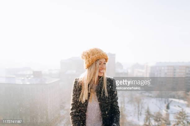 junge frau genießt schneebedeckten winter - mütze stock-fotos und bilder
