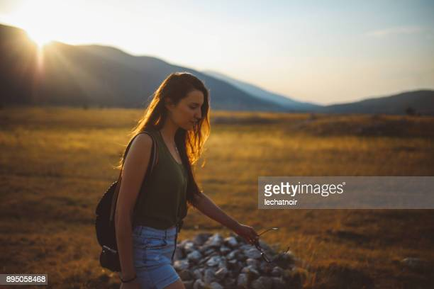 jovem gosta de caminhadas na natureza - low key - fotografias e filmes do acervo