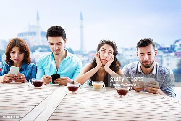 Jeune femme indignation justifiée de son obsession amis téléphone mobile