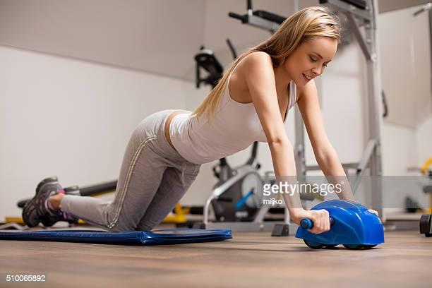 若い女性エクササイズ abs 、ホイール