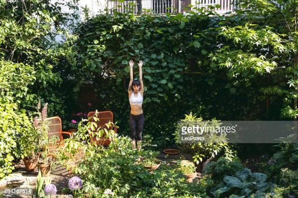 Jonge vrouw oefenen thuis doen yoga en Pilatesoefeningen