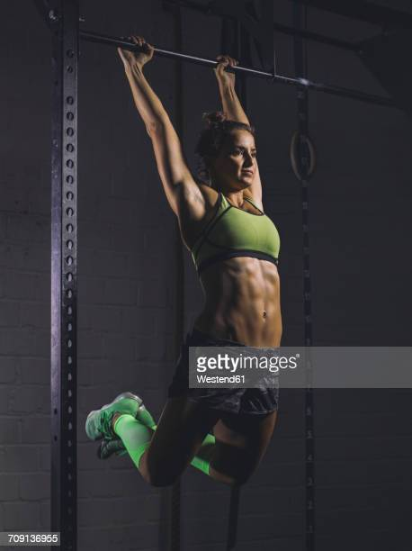 young woman exercising at power rack - barre imagens e fotografias de stock