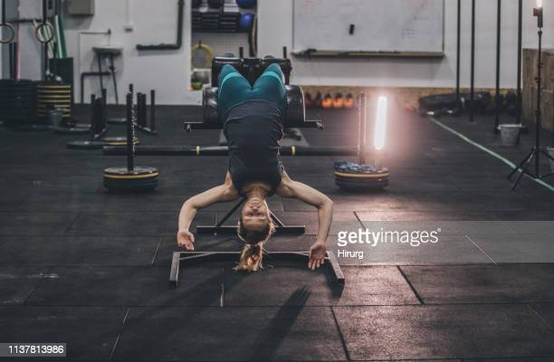 exercice de jeune femme à la gymnastique - blonde forte poitrine photos et images de collection