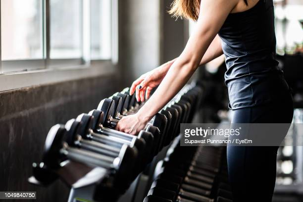 young woman exercising in gym - bodybuilding stockfoto's en -beelden