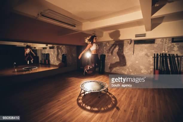 Junge Frau auf einem Mini-Trampolin Training