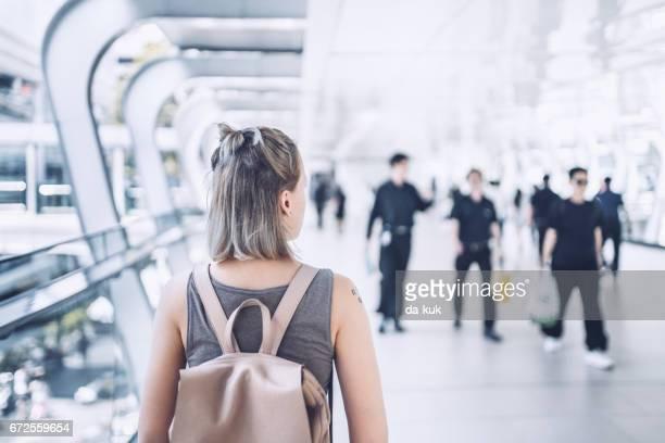 Junge Frau, die Straßen von Bangkok zu erkunden