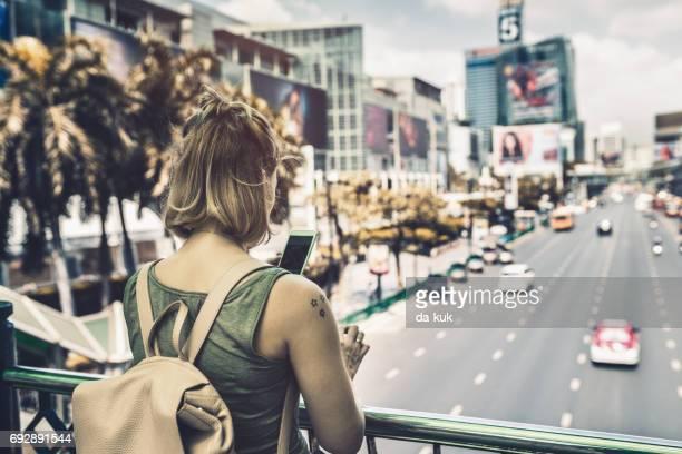 バンコクの街を散策する若い女性 - バンコク・スカイトレイン ストックフォトと画像