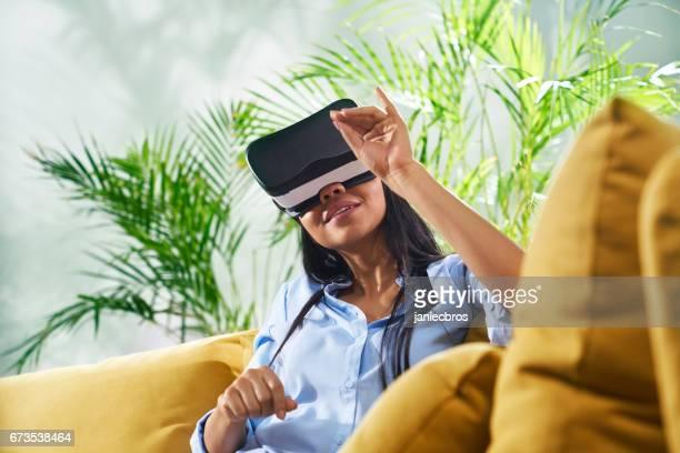 若い女性は、仮想の現実を探るします。仮想物体に触れる