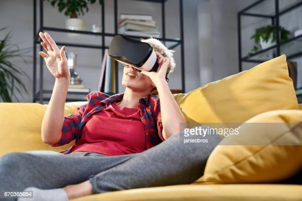 若い女性は、仮想の現実を探るします。仮想画面に触れると、オブジェクトを選択します。