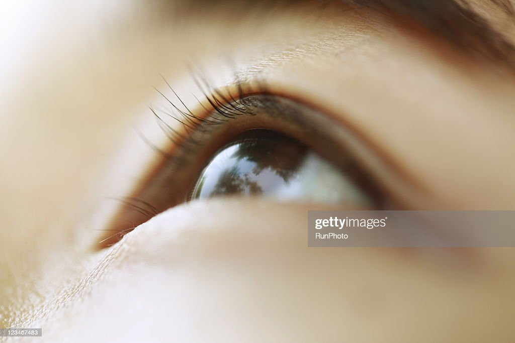 young woman eye close-up : ストックフォト