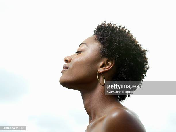 young woman, eyes closed, low angle view, profile - 短毛 個照片及圖片檔