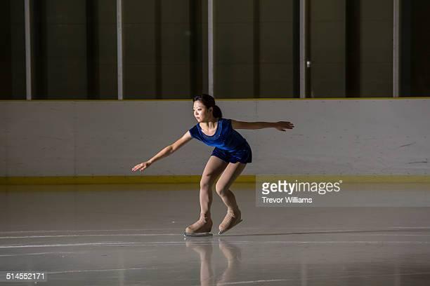 a young woman figure skating - patinagem artística imagens e fotografias de stock