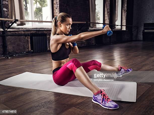 Mujer joven de entrenamiento al gimnasio