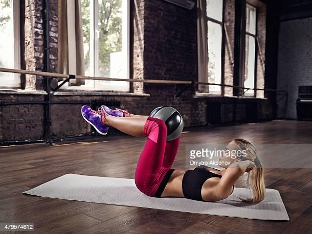 Junge Frau-Fitness-training