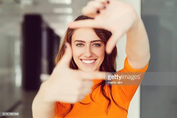 Junge Frau Rahmung mit Händen