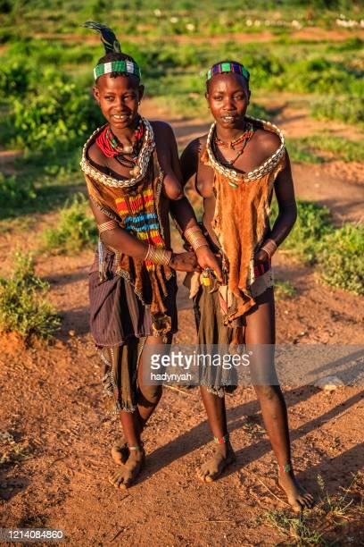 jonge vrouw van hamer, vallei omo, ethiopië, afrika - african tribal culture stockfoto's en -beelden