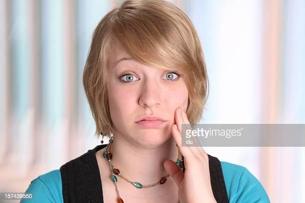 Junge Frau Gestikulieren Zahnschmerz