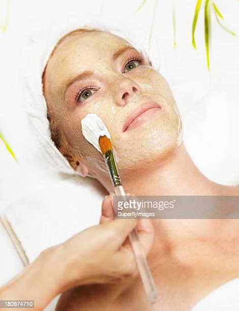 attraente giovane donna ricevere un trattamento per il viso - estetista foto e immagini stock