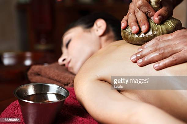Junge Frau, eine navarakizhi massage