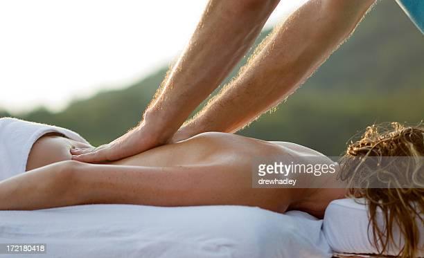Junge Frau, die eine massage im Freien