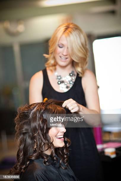 Junge Frau immer ein Haar-Styling im Salon als Hochsteckfrisur