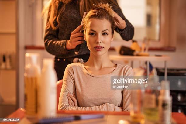 Junge Frau Sie sich im Friseursalon ein Haar-Styling.