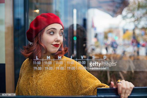 """young woman getting in a local store on city street. - """"martine doucet"""" or martinedoucet - fotografias e filmes do acervo"""