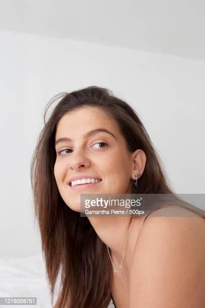 young woman getting ready in bedroom - showus imagens e fotografias de stock