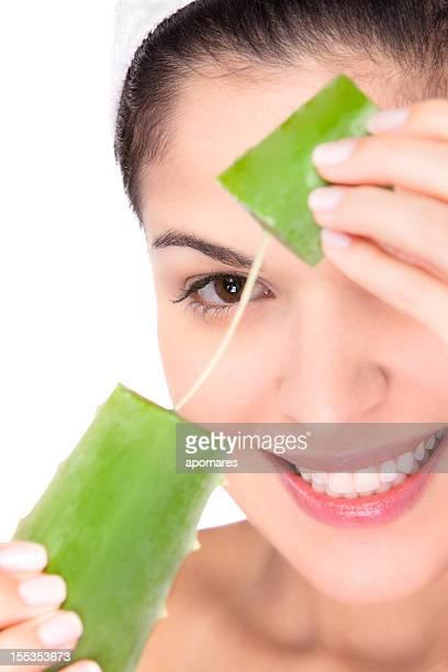 Jeune femme se préparer à un soin hydratant à l'aloe vera