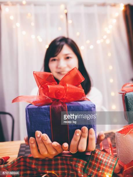 若い女性を与えるギフト - 記念日 ストックフォトと画像