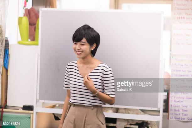語学学校でスピーチを与える若い女性