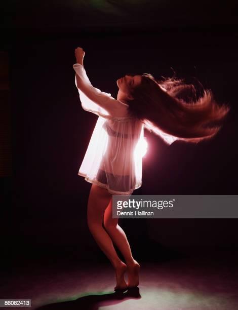 young woman go-go dancing - gogo danseuse photos et images de collection