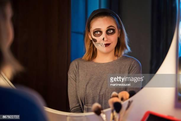 """ung kvinna nöjd med hennes halloween smink - """"martine doucet"""" or martinedoucet bildbanksfoton och bilder"""