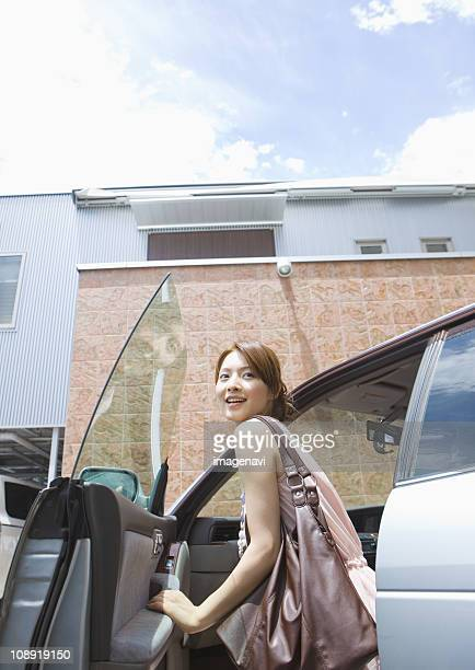 young woman having a drive - 降り立つ ストックフォトと画像
