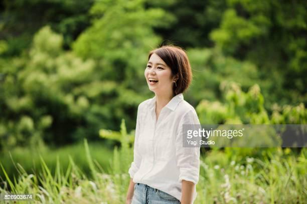 若い女性が屋外で良い時間を過ごして