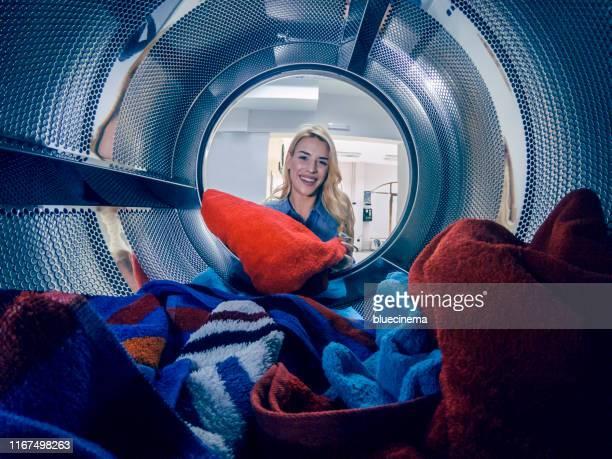 junge frau mit einem wäschetag - waschmaschine stock-fotos und bilder