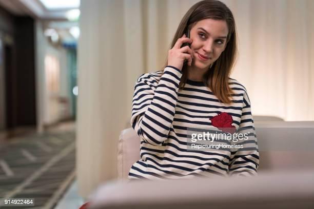 Eine junge Frau wundert sich währrend sie telefonieren