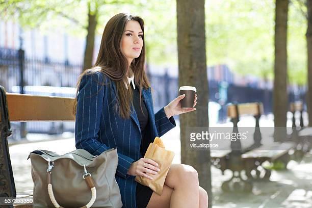 Jeune femme ayant un déjeuner relaxant en plein air
