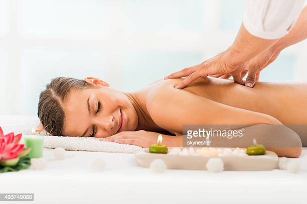 Mujer joven teniendo un masaje de espalda en el spa.