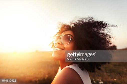 Junge Frau, die Spaß am Sonnenuntergang