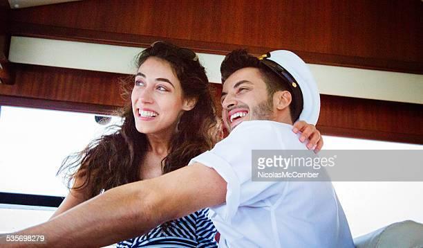 若い女性の楽しみをヨットのキャプテン - セーラーハット ストックフォトと画像