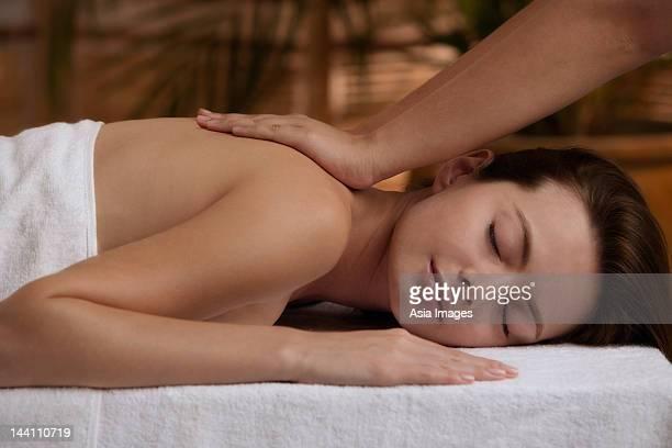 Junge Frau, die massage