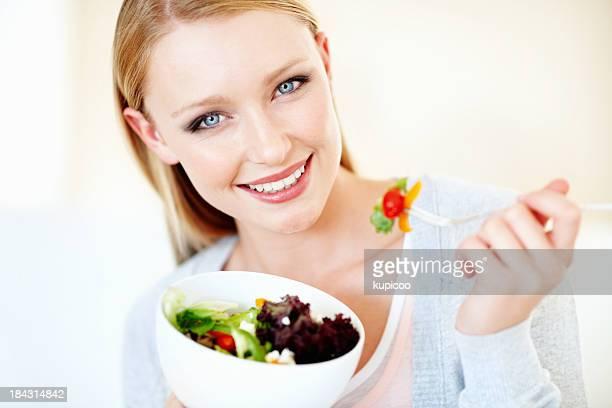 Junge Frau mit Gemüse-Salat