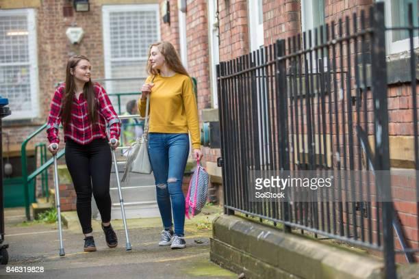 Jeune femme aide ami blessé