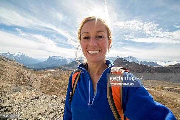 ハイキング若い女性が自分撮り秋のポートレート