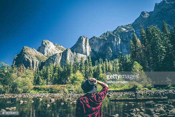 young woman hiking in majestic landscape - verenigde staten stockfoto's en -beelden