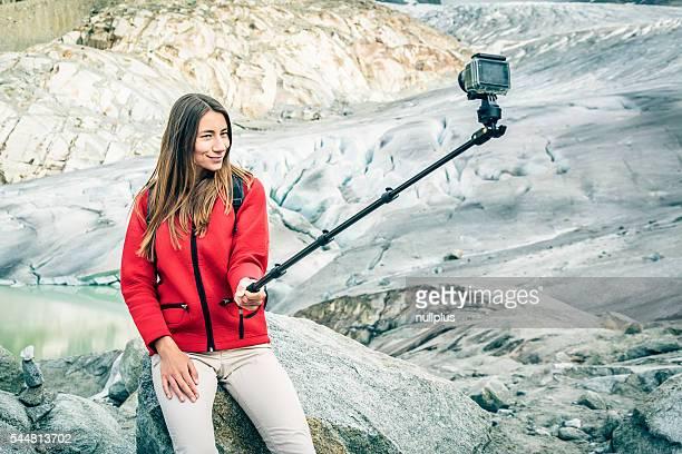 Jovem mulher caminhada nos Alpes suíços, a tirar uma Selfie
