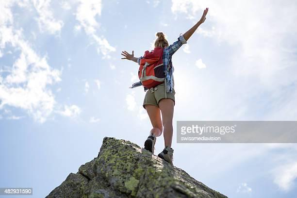 Junge Frau Wandern auf Berggipfel-Erfolg und viel