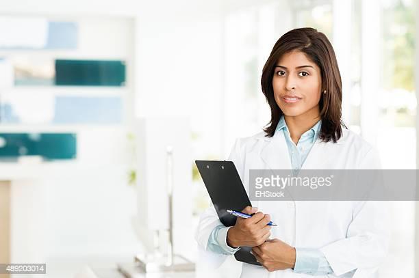 Jeune femme hispanique médecin Infirmière dans le bureau