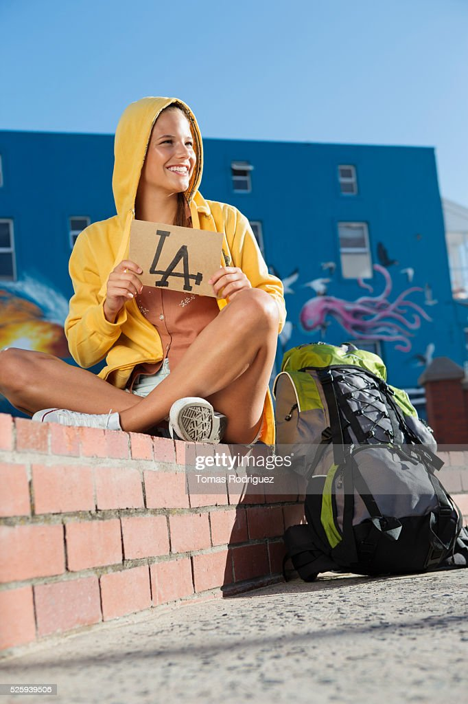 Young woman hitchhiking to Los Angeles : Stock-Foto